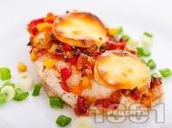 Печено пилешко филе с топено сирене, царевица, морков и чушка в тава на фурна